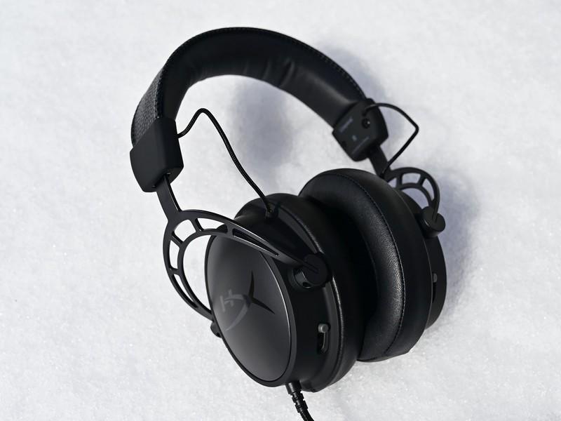 Na zadnjoj strani svake slušalice nalazi se klizač s tri moguće pozicije, kojim podešavamo intenzitet basa otvaranjem ili zatvaranjem komore drajvera